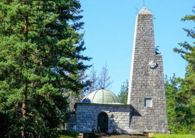 Паметникът на връх Средногорец