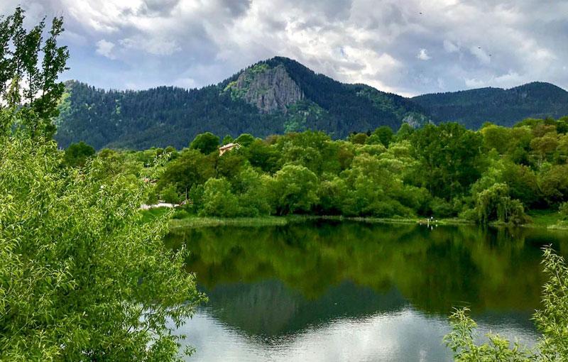 Червената-скала-от-Езеро-Рибката